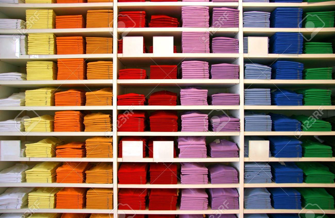 Farbige Polo-Shirts auf dem Display in einem Geschäft. Blank Beschreibung Tags. Standard-Bild - 3634127