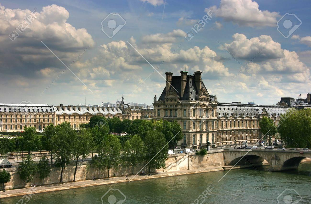 Rechten Flügel des Louvre-Museum von außen gesehen Orsay Museum nach oben Standard-Bild - 3908806
