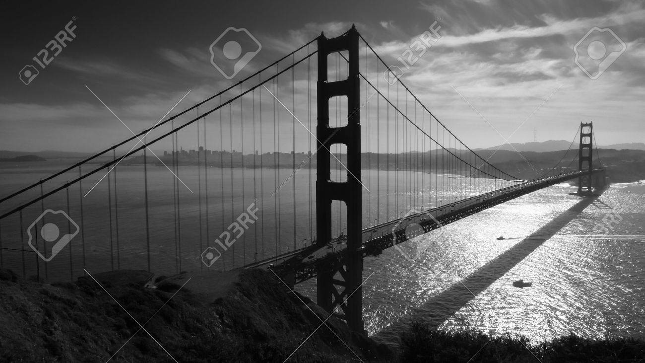 Golden Gate bridge and San Francisco seen from Battery Spencer, black and white Standard-Bild - 17070247