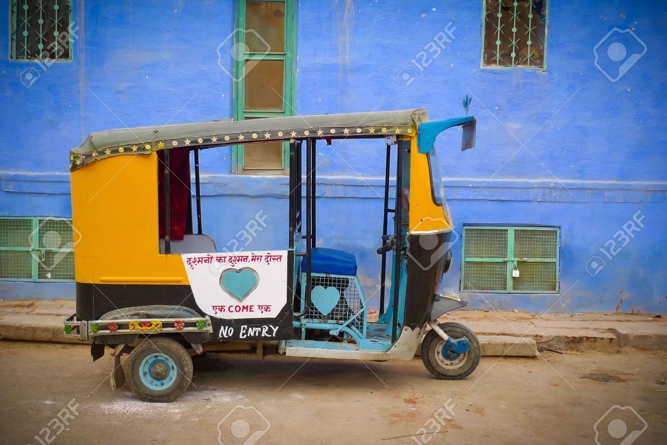 Traditional motorized rickshaw againsta a blue wall in Jodhpur, Rajasthan, India Standard-Bild - 17753344