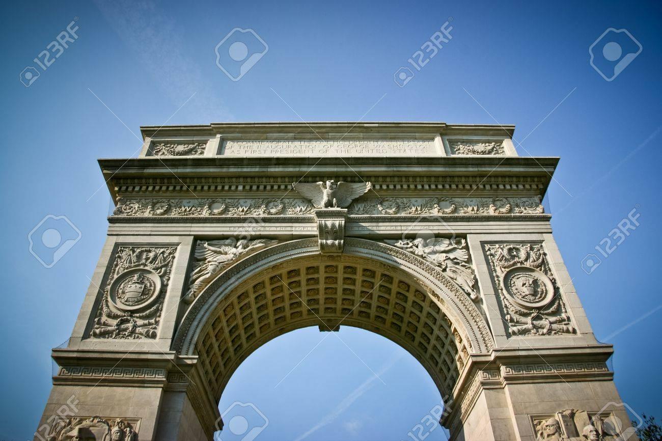 Washington Square Arch von unten in New York City, Vereinigte Staaten von Amerika Standard-Bild - 18306319