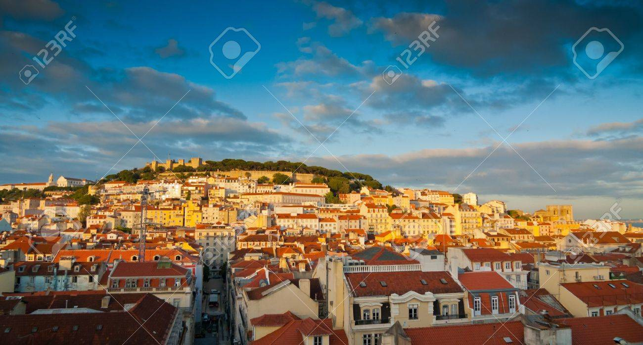 Sunset Blick über Baixa, Alfama und Castelo de Sao Jorge, Lissabon, Portugal Standard-Bild - 18345965