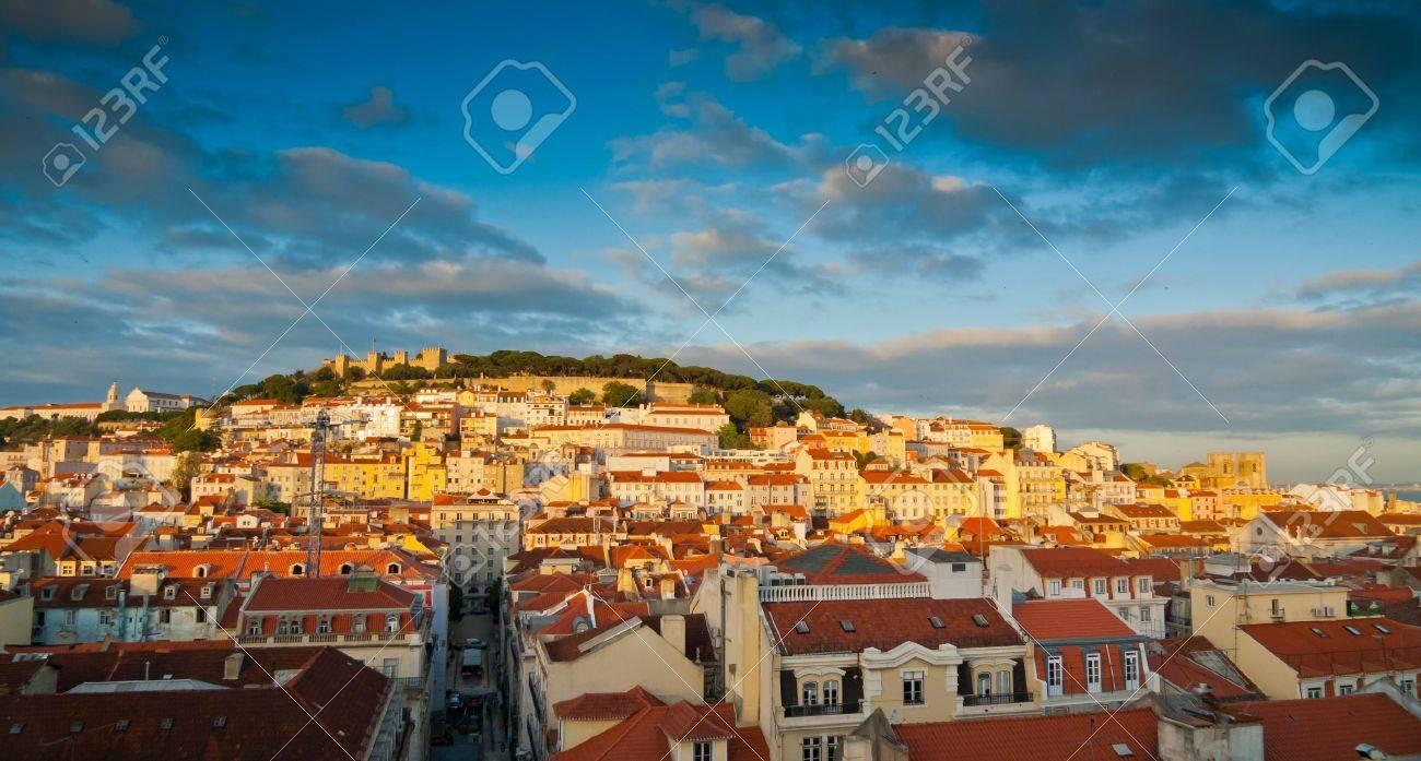 Sunset view over Baixa, Alfama and Castelo de Sao Jorge, Lisbon, Portugal Standard-Bild - 18345965