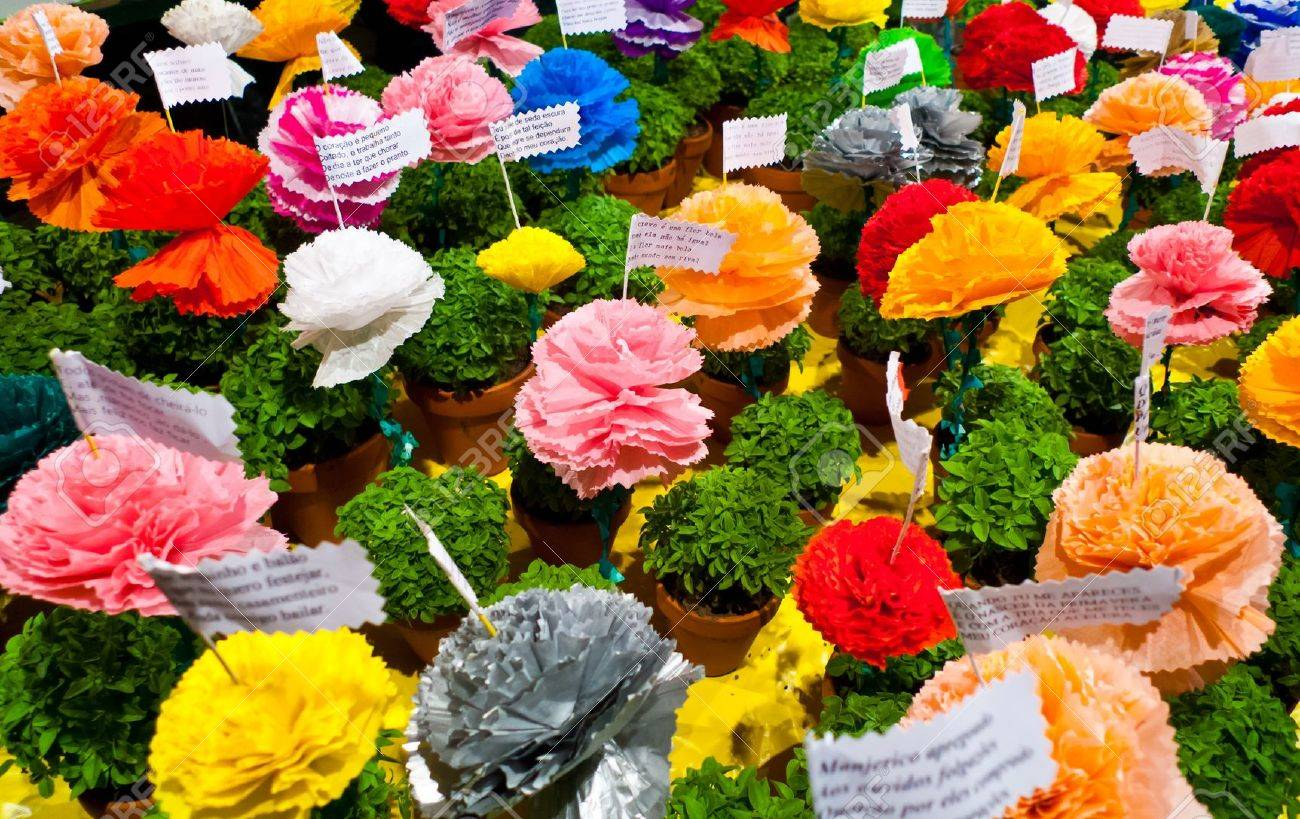 Popular saints festival in Lisbon, Portugal  Traditional Manjerico, little potted plants of newly sprouted Basil are given as gifts during the month of June  Colorful paper-mache flowers are placed into pots alongside one of the many popular verses about  Standard-Bild - 18329505