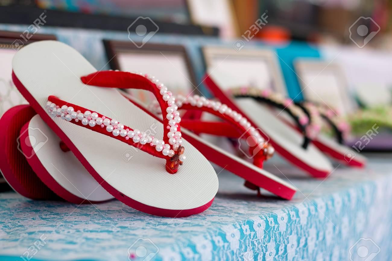 d02eb77b7 Foto de archivo - Sandalias decoradas con cuentas Para agregar valor y  belleza.
