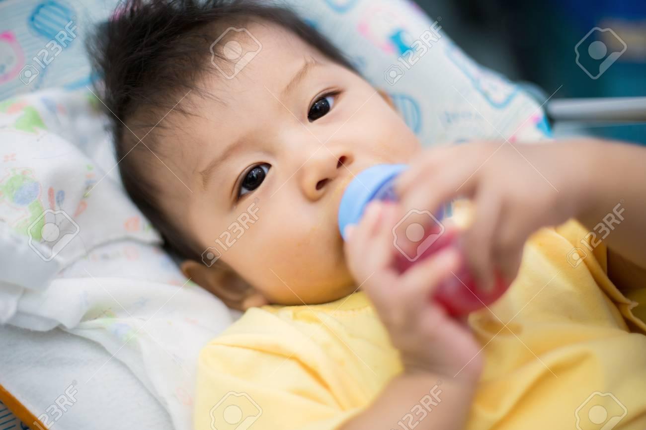 Hermoso Bebé Con Una Botella De Leche En La Cama Fotos, Retratos ...