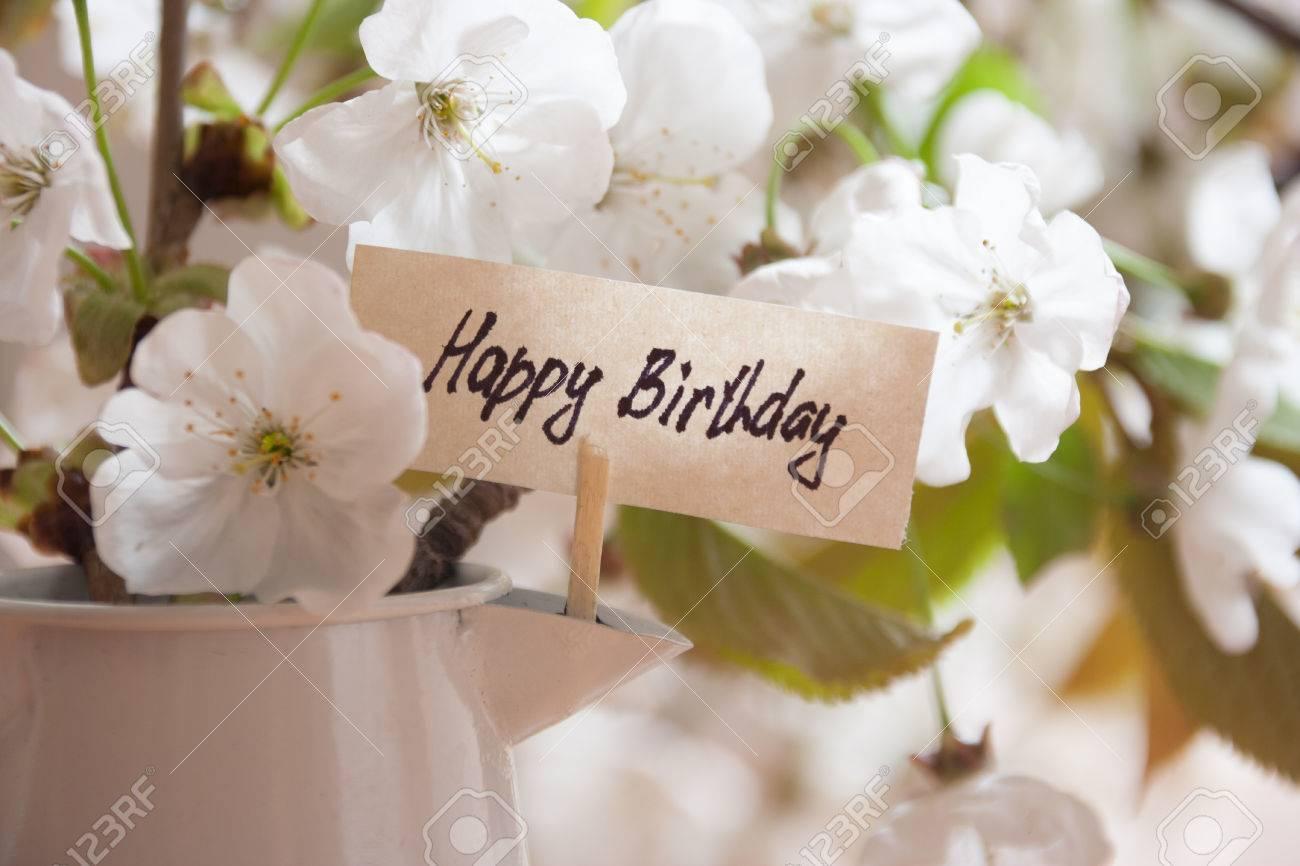 Banque d\u0027images , Carte de voeux de joyeux anniversaire. Fleurs blanches  sur un fond.