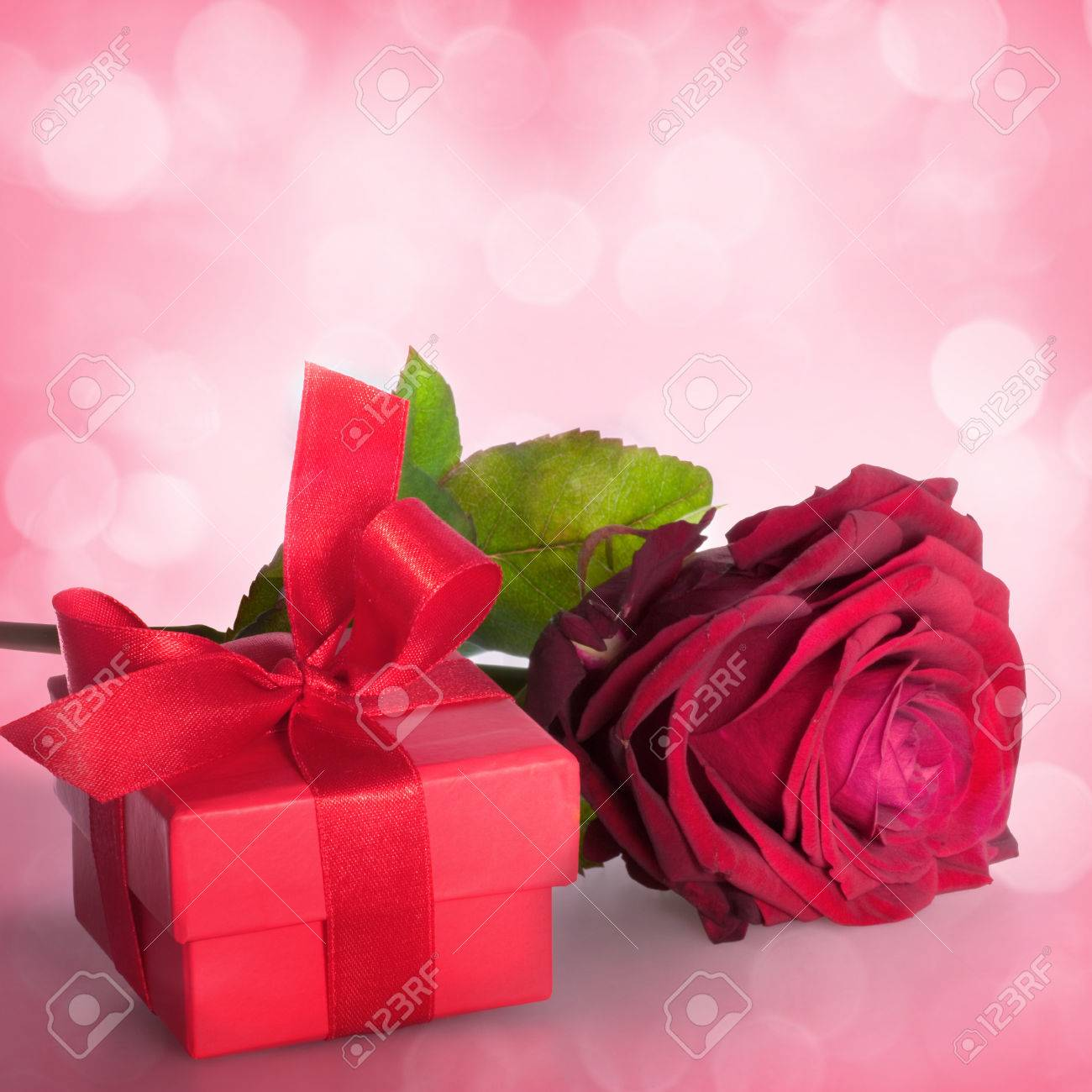 Bouquet of roses and gift box on romantic background - 43347601