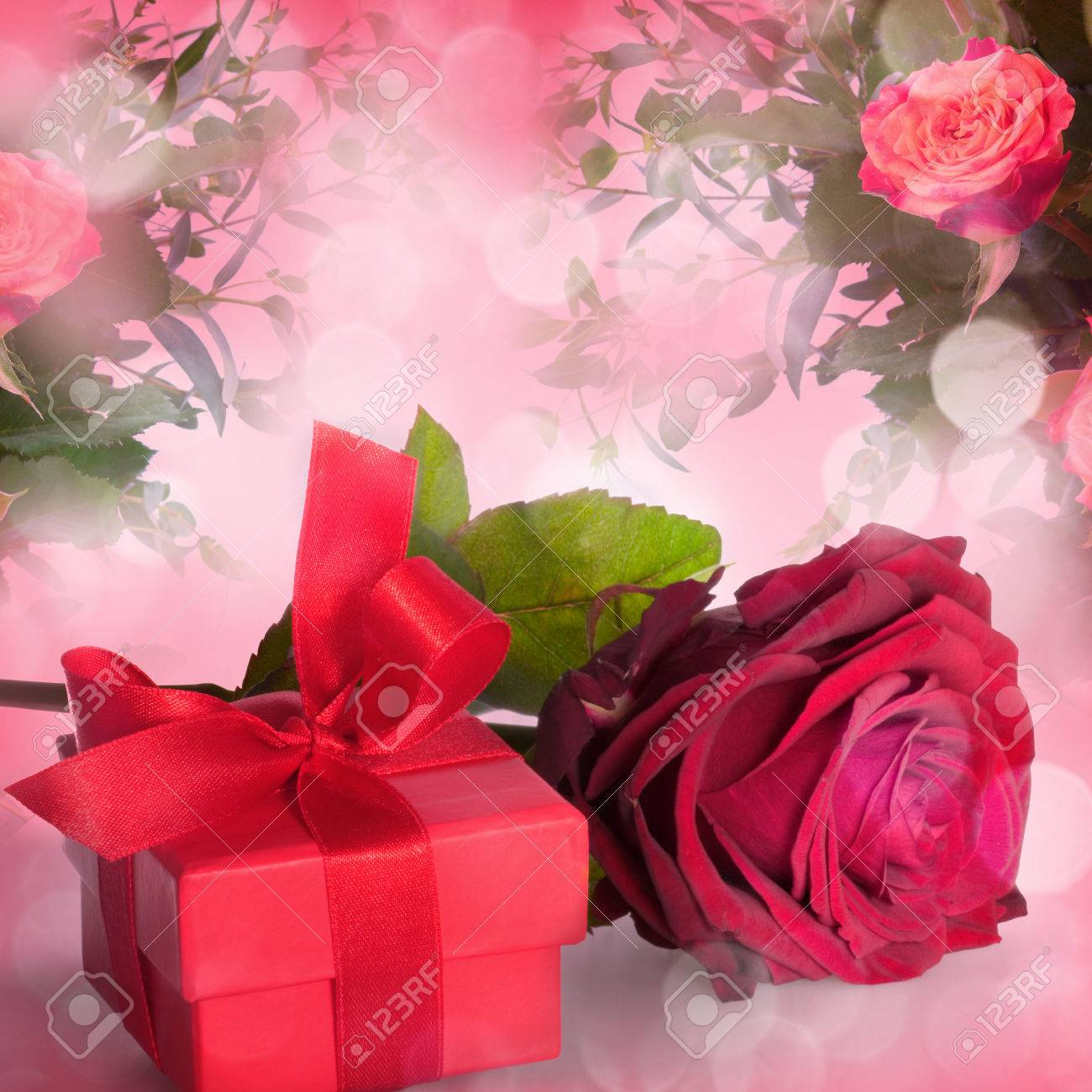Bouquet of roses and gift box on romantic background - 43347477