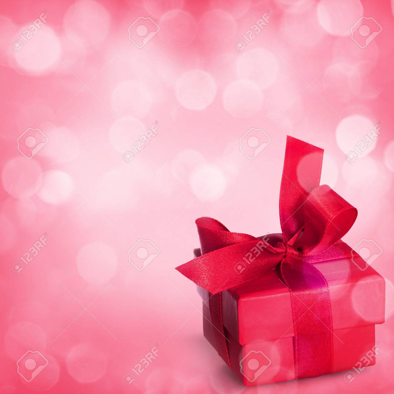 Bouquet of roses and gift box on romantic background - 43347795