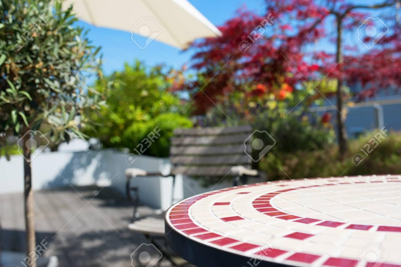 Table Ronde Vide Avec Mosaique Sur Une Terrasse D Ete Pour Un