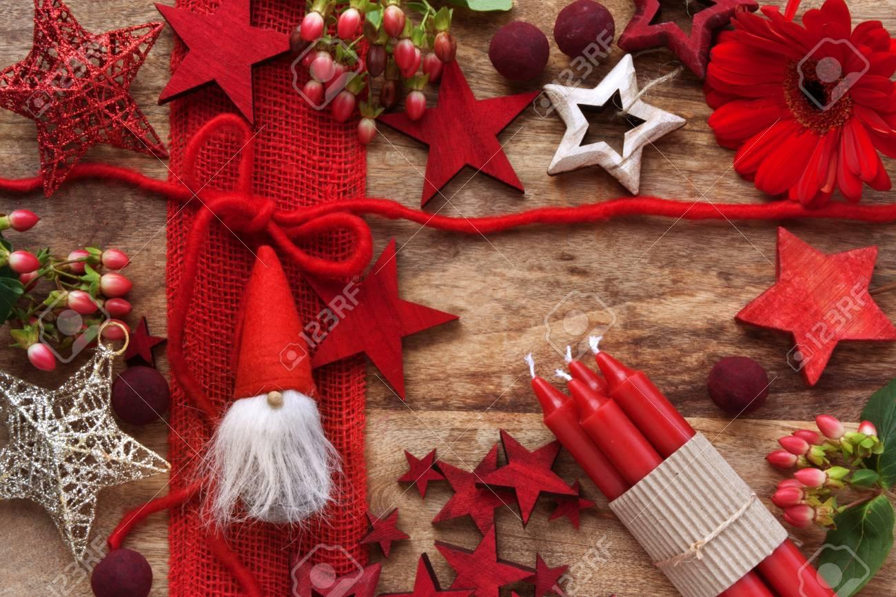 Décoration de Noël rouge sur une table en bois rustique pour nicholas