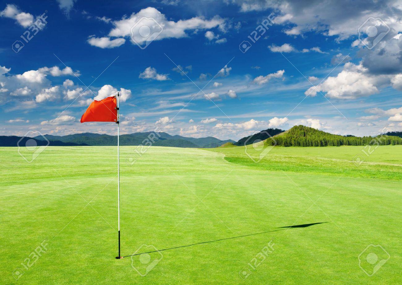 ゴルフ場の穴に赤い旗を持つ ロ...