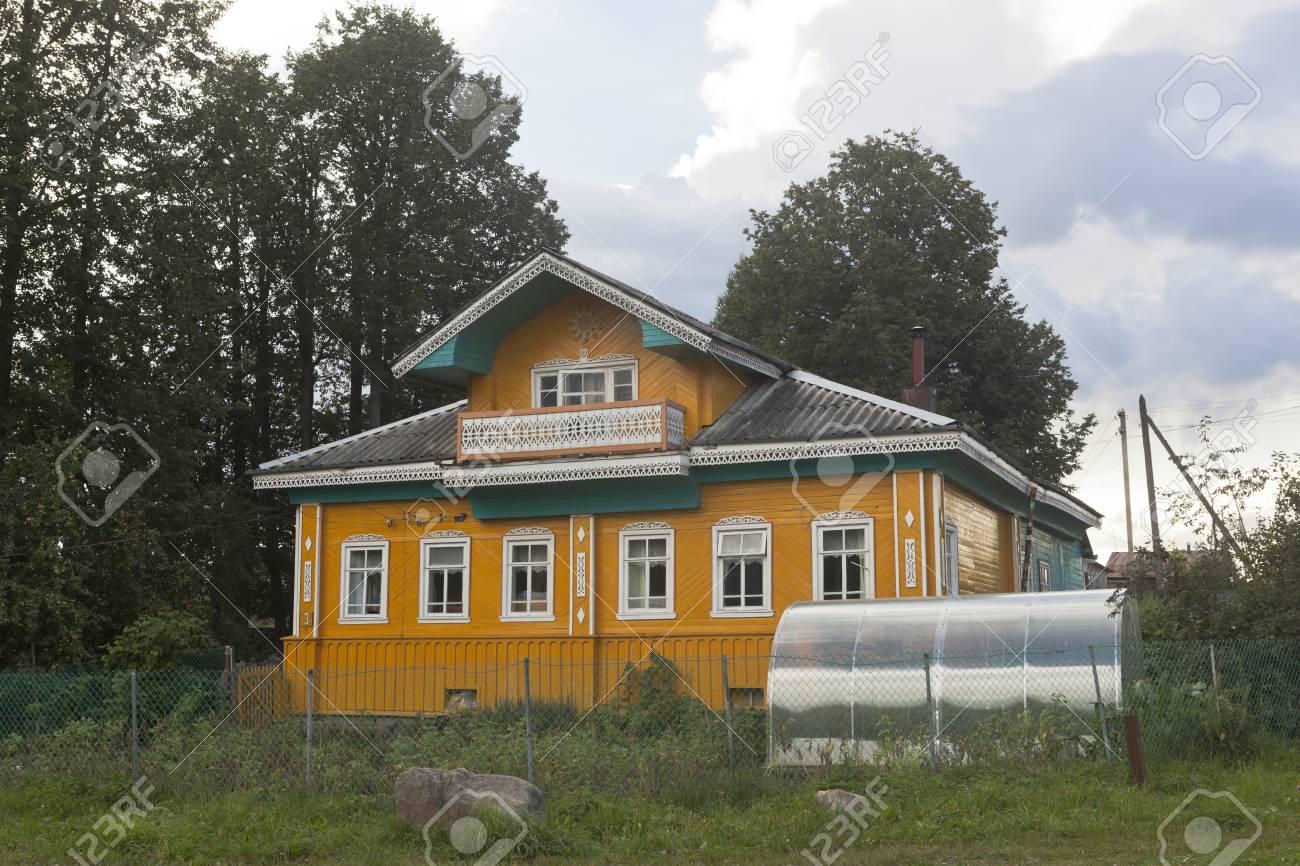 Schönes Ländliches Haus Mit Einem Gewächshaus Im Dorf Gorodischna ...