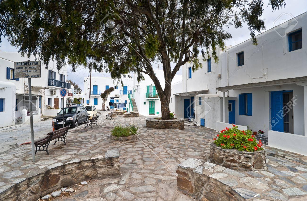 foto de archivo mykonos calle con escaleras exteriores de las casas y balcones de colores