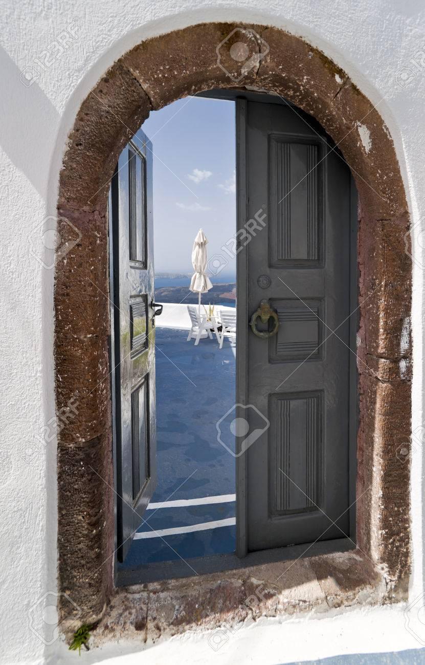 Geöffnete tür  Santorini Geöffnete Tür Mit Schönen Meerblick Lizenzfreie Fotos ...