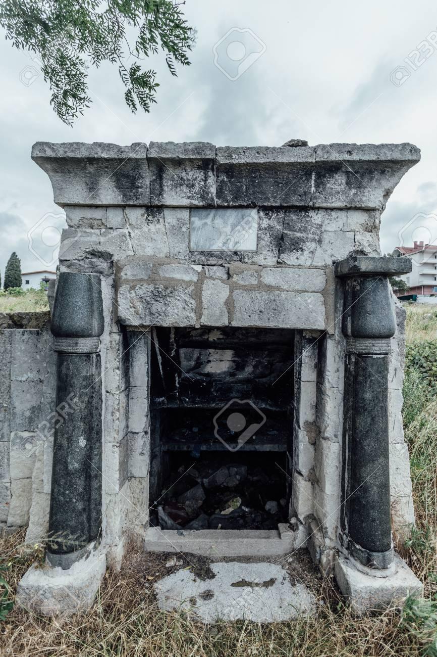 Entrada A Un Viejo Mausoleo Familiar Una Cripta En Un Cementerio Judío Abandonado En Sebastopol Fotos Retratos Imágenes Y Fotografía De Archivo Libres De Derecho Image 82809452