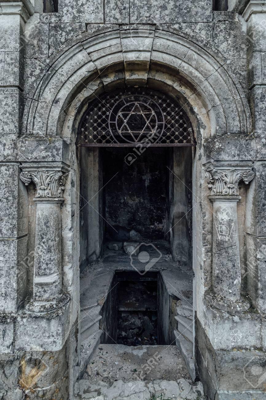 Entrada A Un Viejo Mausoleo Familiar Una Cripta En Un Cementerio Judío Abandonado En Sebastopol Fotos Retratos Imágenes Y Fotografía De Archivo Libres De Derecho Image 82967059