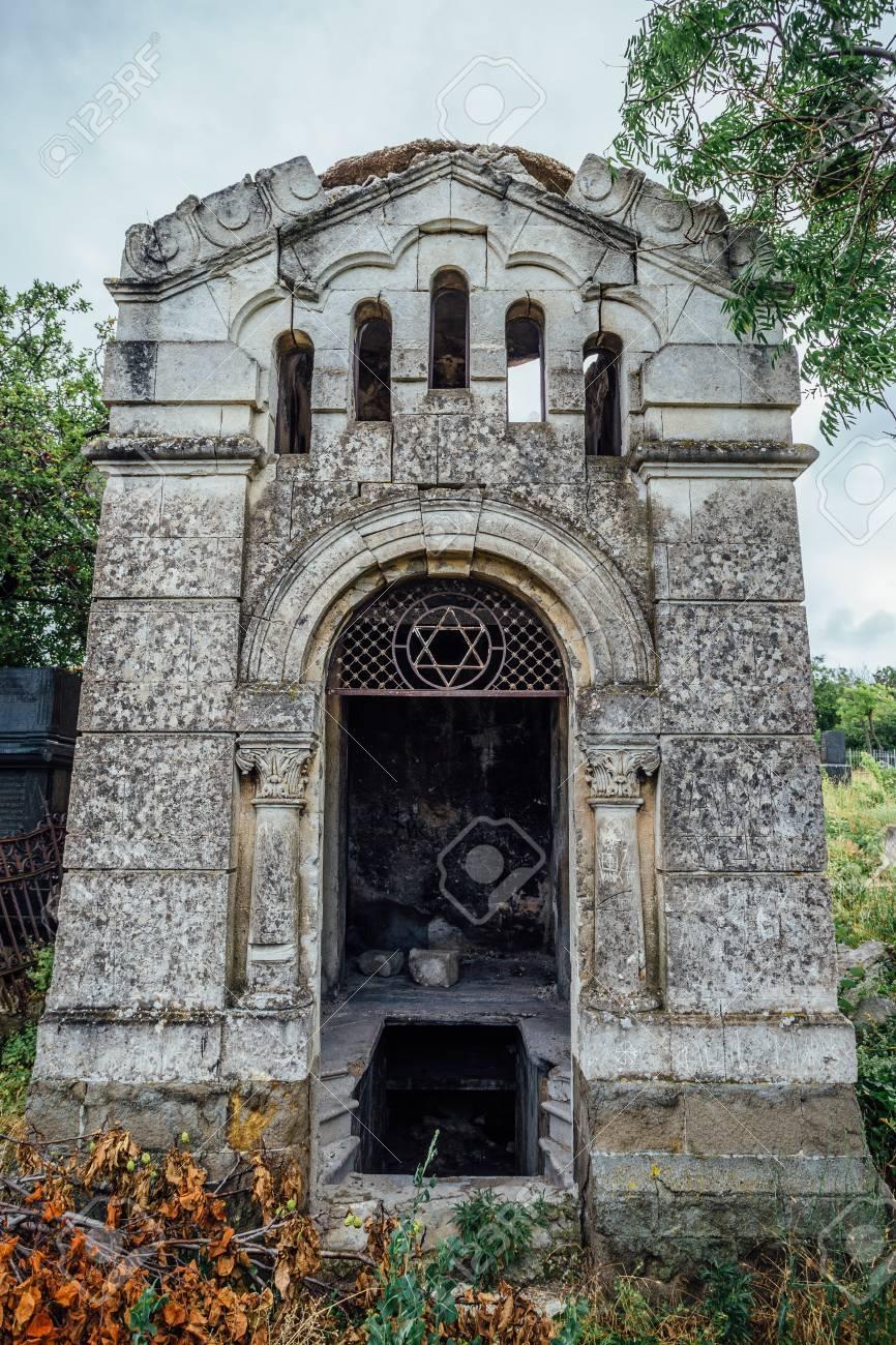 Un Antiguo Mausoleo De Propiedad Familiar Una Cripta En Un Cementerio Judío Abandonado En Sebastopol Fotos Retratos Imágenes Y Fotografía De Archivo Libres De Derecho Image 82809453