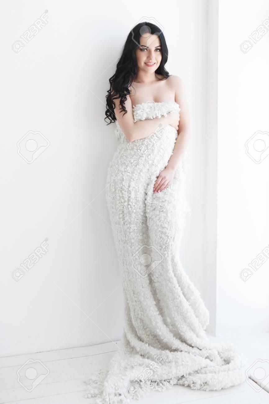 7652fb2e8e54 Mujer hermosa joven en ropa hecha punto hecha punto caliente en casa. Tiro  de moda modelo. Otoño, temporada de invierno.