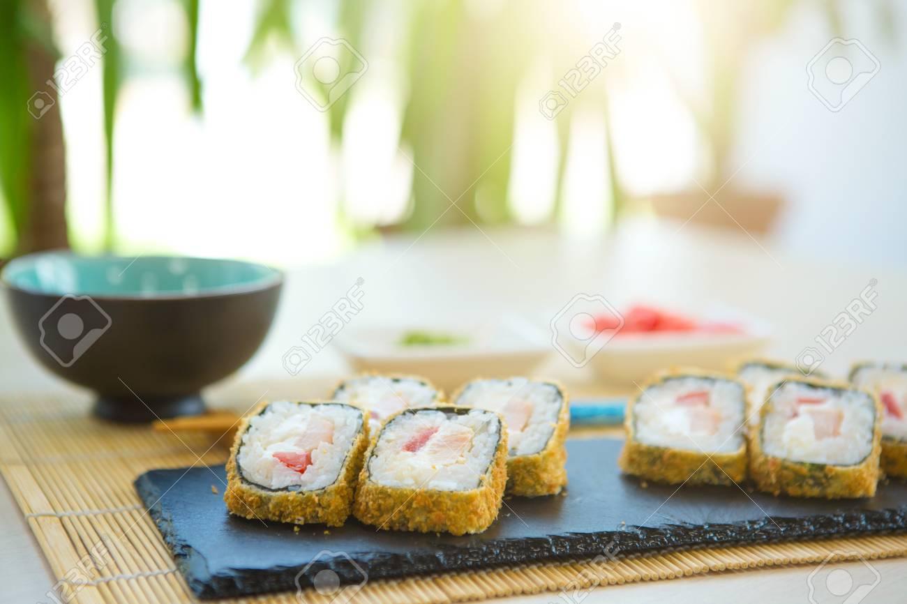 Rotolo Di Sushi Fritto Caldo Con Formaggio Cremoso Su Pietra Nera ...