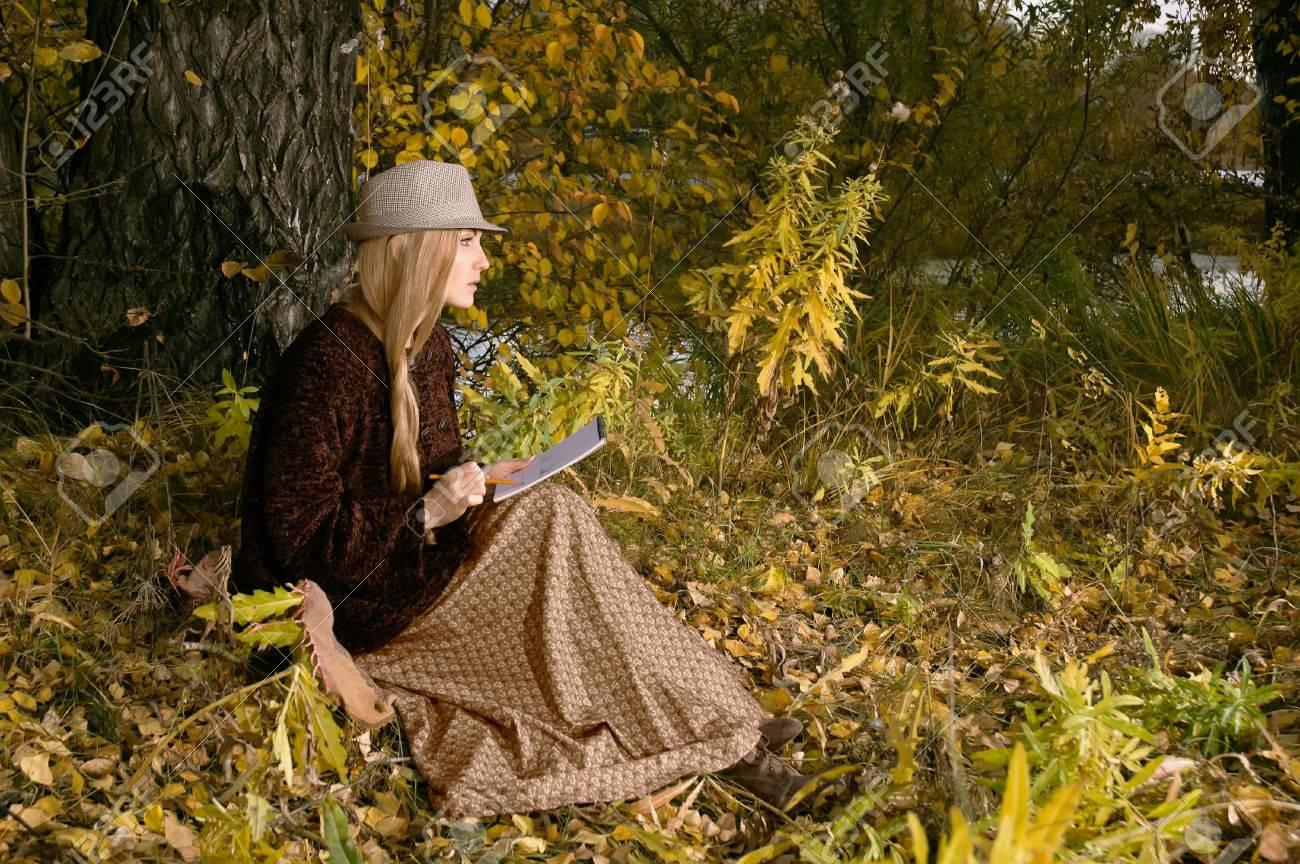 Schone Junge Blonde Frau Unter Dem Baum Sitzen Im Freien Im Letzten