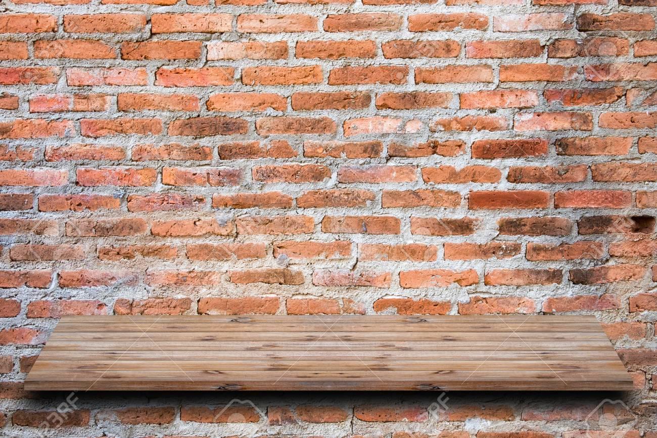 Etagere Sur Mur En Brique brown mur de brique orange empilés avec étagère en bois