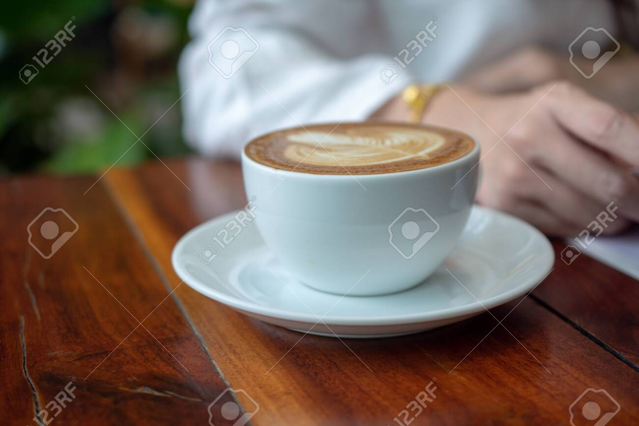 Women sitting in coffee shop for drink in coffee time - 129207386