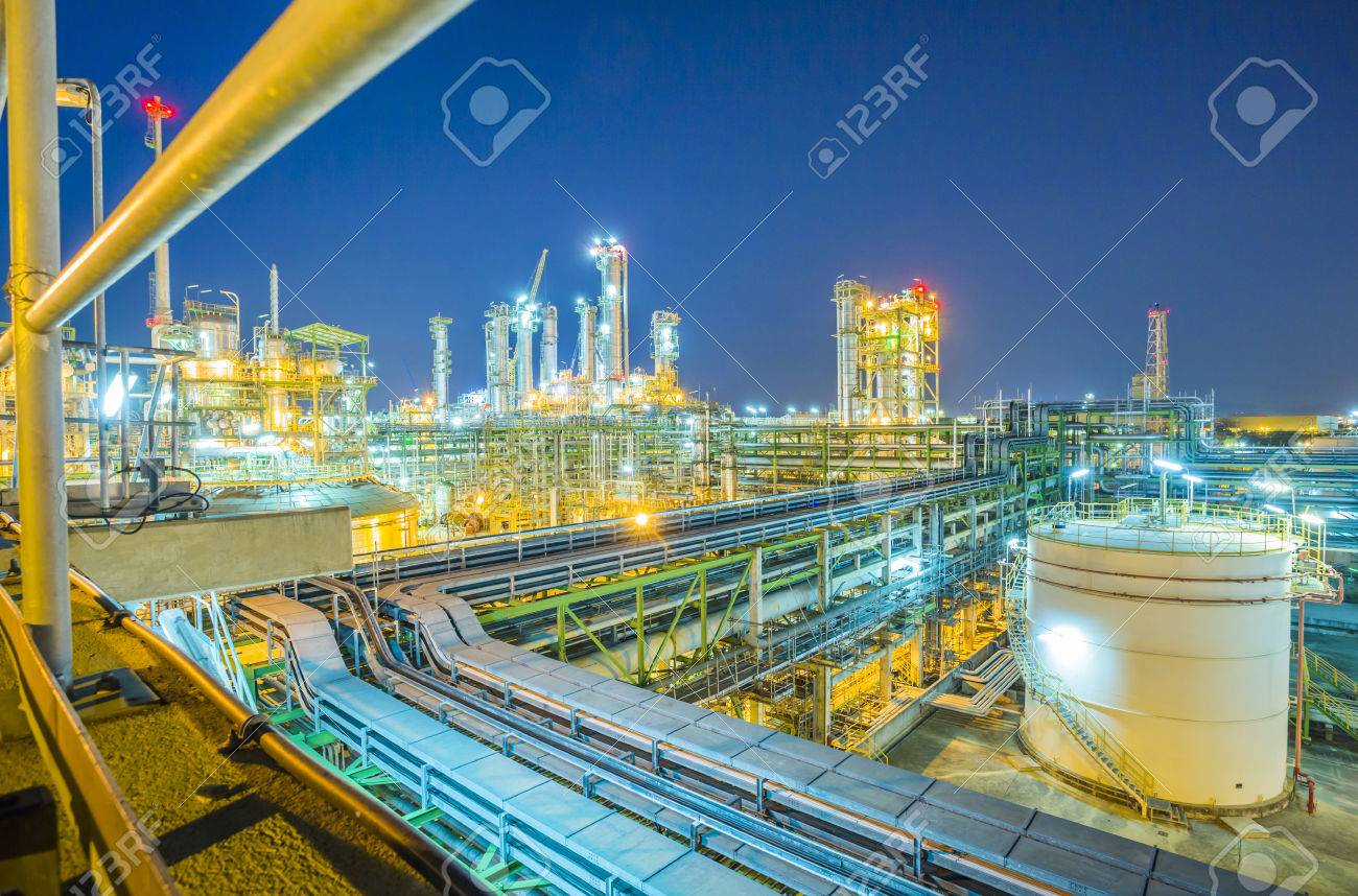 Beautiful refinery plant on evening twilight time - 41948363