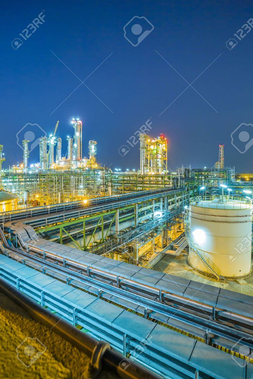 Beautiful refinery plant on evening twilight time - 41949780