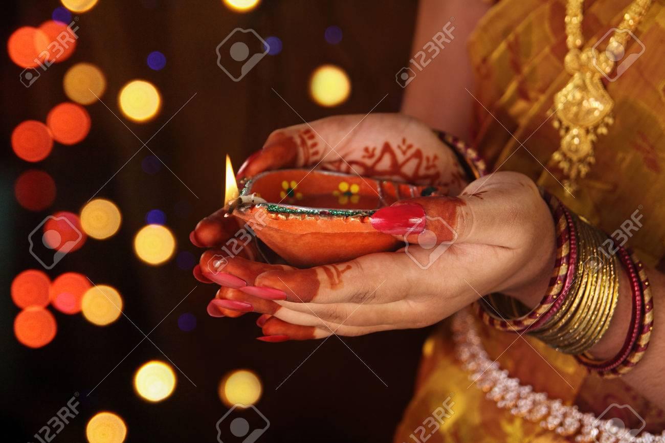 Fille Indienne Tenant La Lampe A L Huile Banque D Images Et Photos