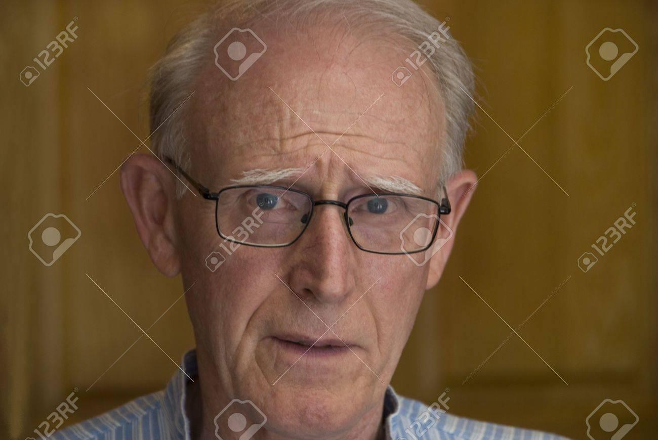 Missbilligend Senior Männlich Mit Grauen Haaren Und Brille