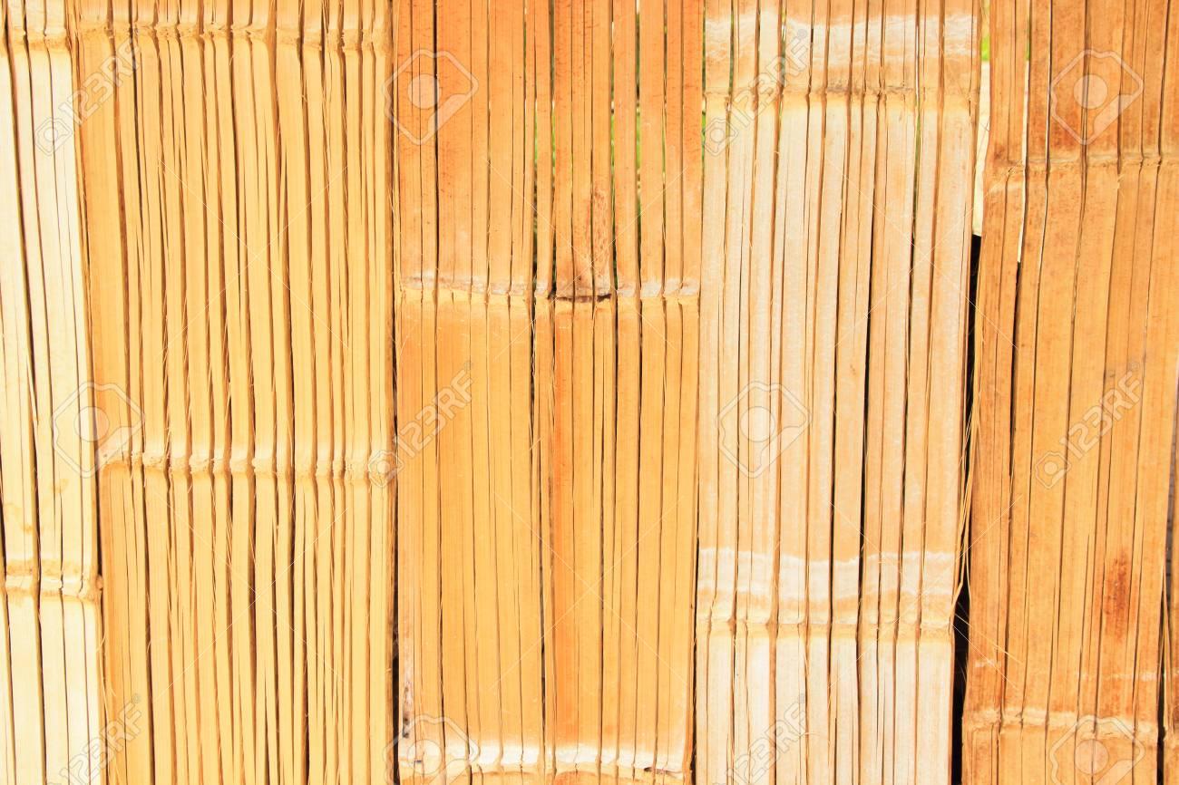 bambusplatten, die die wände der alten häuser auskleiden.