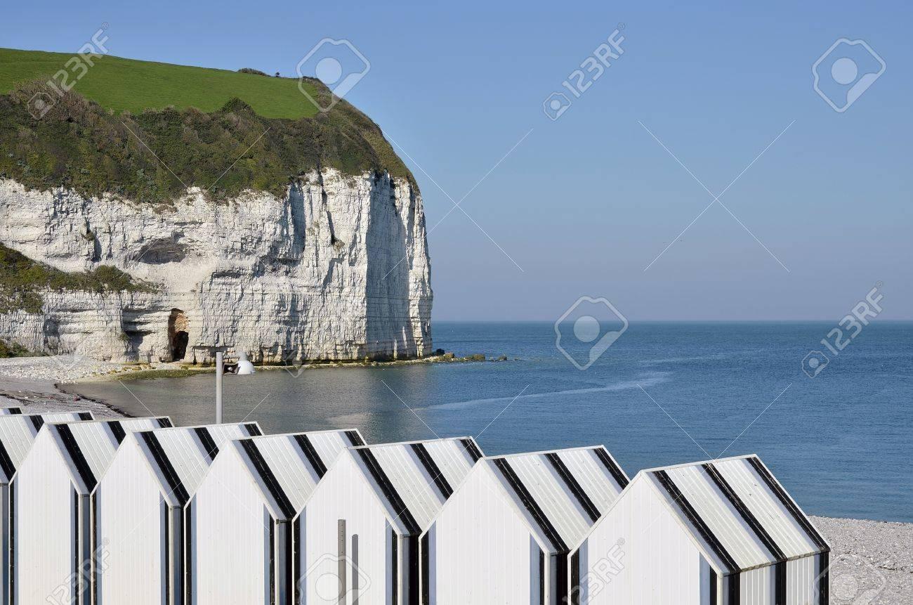 Foto de archivo , Cabañas de playa y los acantilados famosos de Yport, la comuna en el departamento de Seine,Maritime en la región de Alta Normandía,