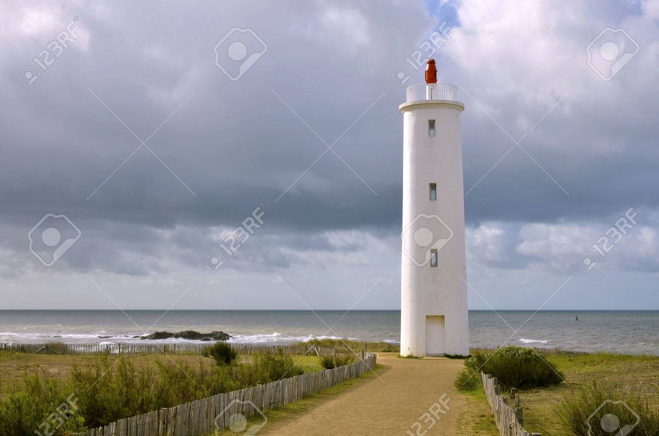 Clic Saint Gilles Croix De Vie phare grosse terre sur les dunes de la côte de saint gilles croix de vie,  dans le département de vendée en pays de la loire dans l'ouest de france
