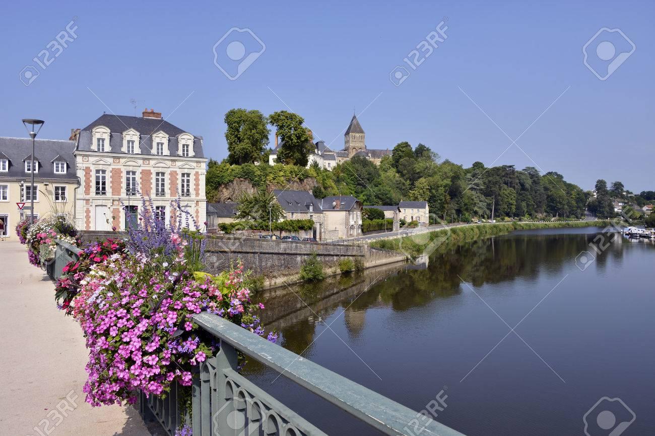Port Est La Rivière Mayenne à ChteauGontier SaintJeanBaptiste Avec ...