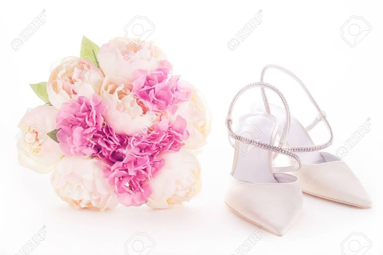 Bouquet Und Weisse Hochzeitsschuhe Isoliert Auf Weissem Hochzeit