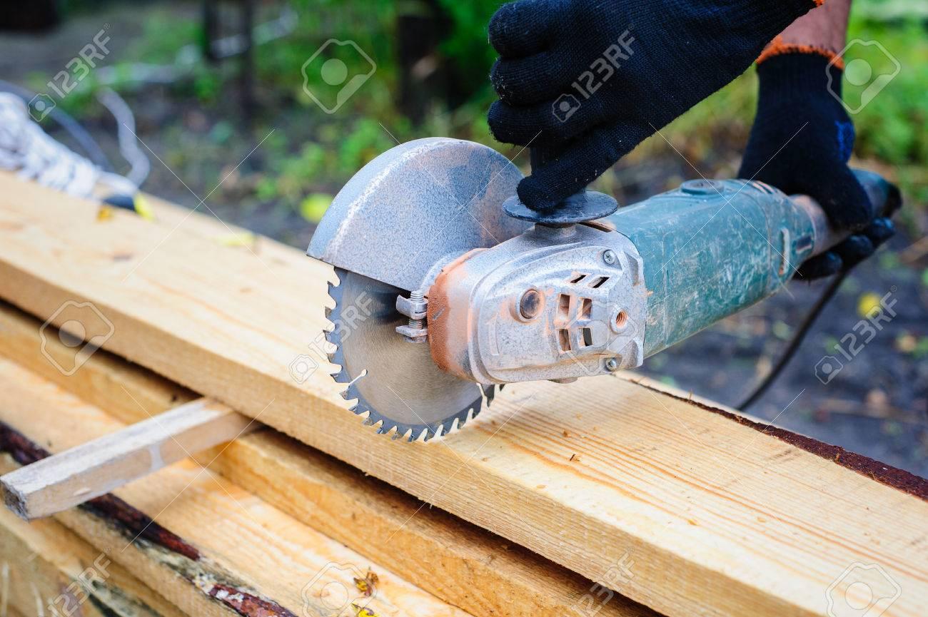 Les Hommes Utilisent Une Scie A Main Pour Scier Les Planches De Bois