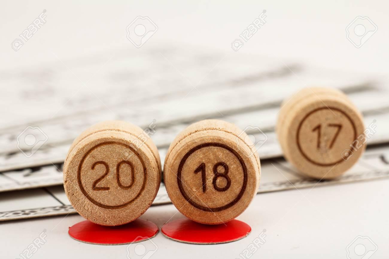 Los Barriles De Madera De La Loteria Con Numeros De 20 Y 18