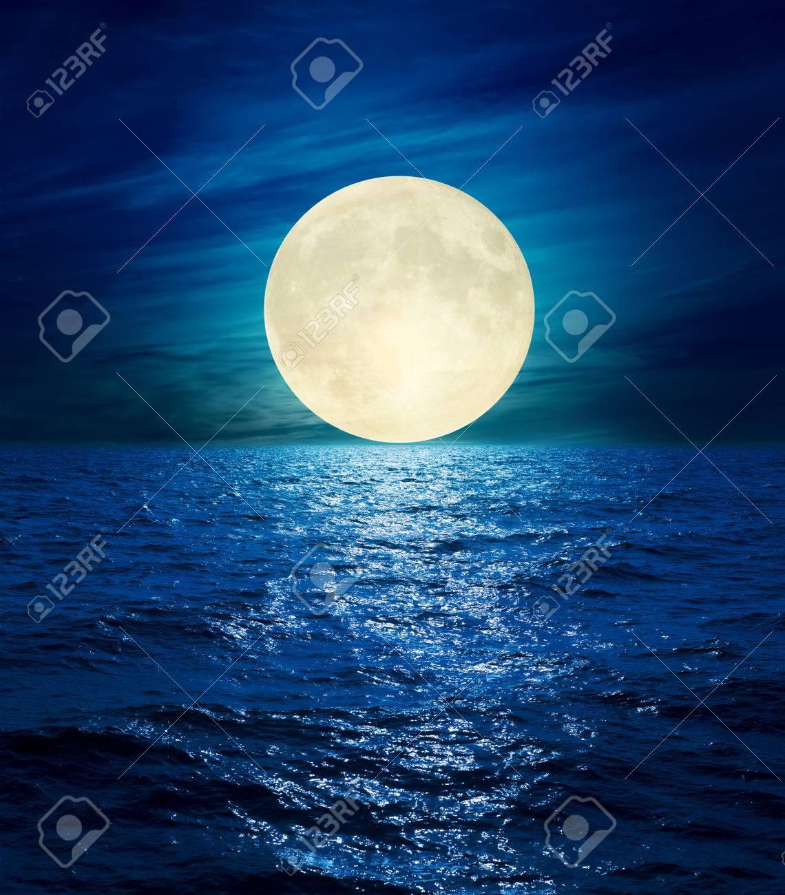 夜の海の上の雲に大きな月 ロイ...