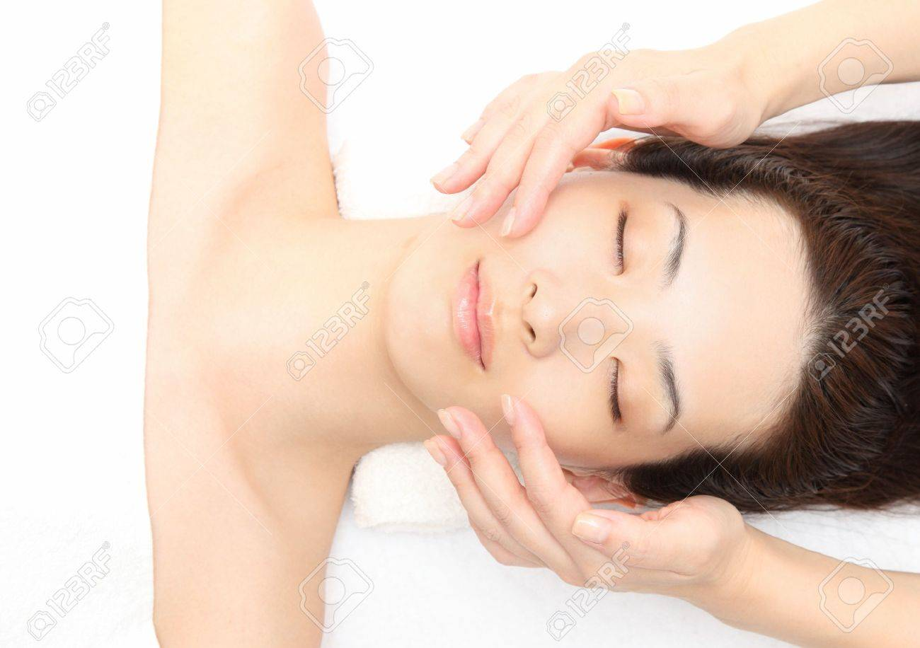 Young Asian woman to face massage Stock Photo - 11547062