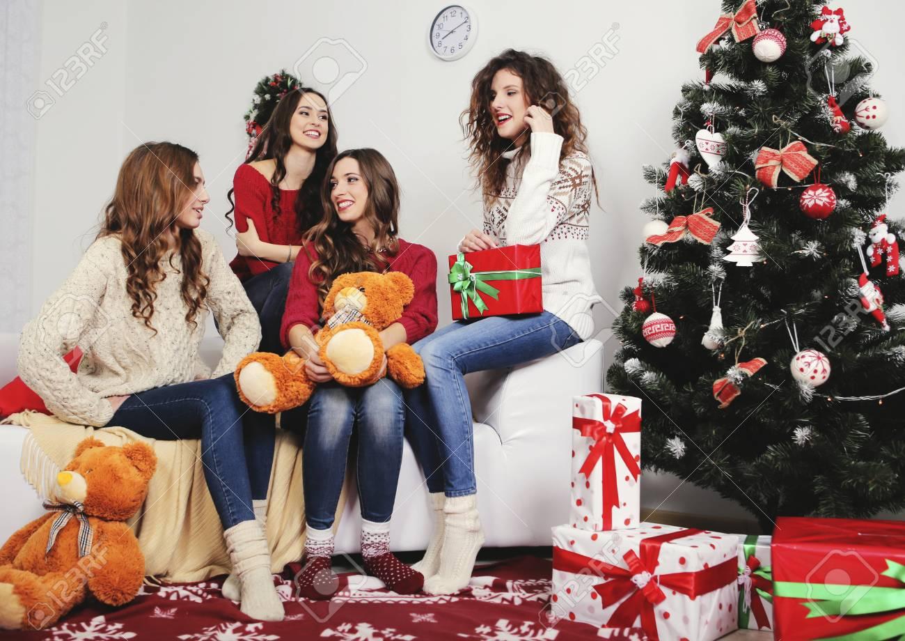 Gruppe Von Sehr Jungen Frauen Sprechen über Weihnachtsgeschenke In ...