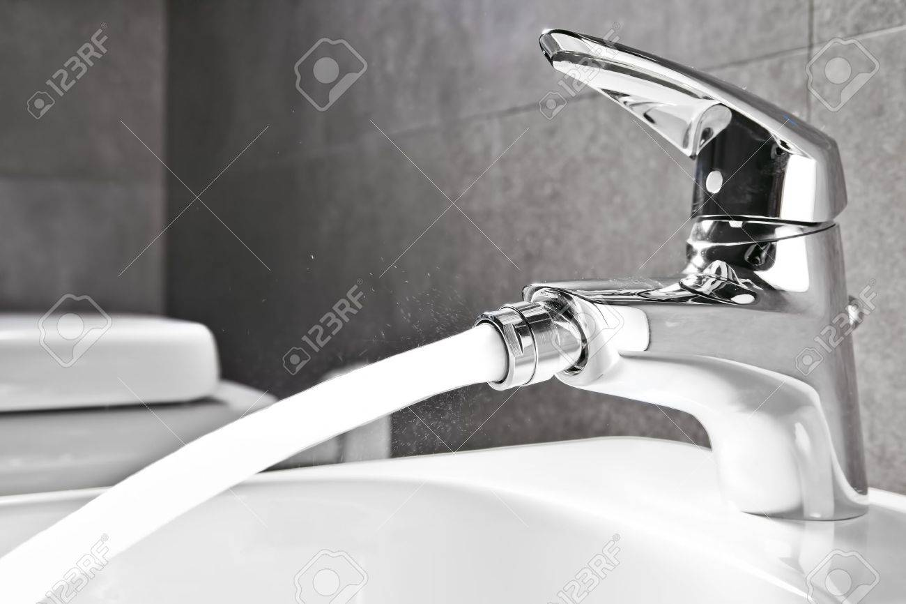 Badrum Bidé Kran Närbild Med Vatten Som Rinner Royalty-Fria ...