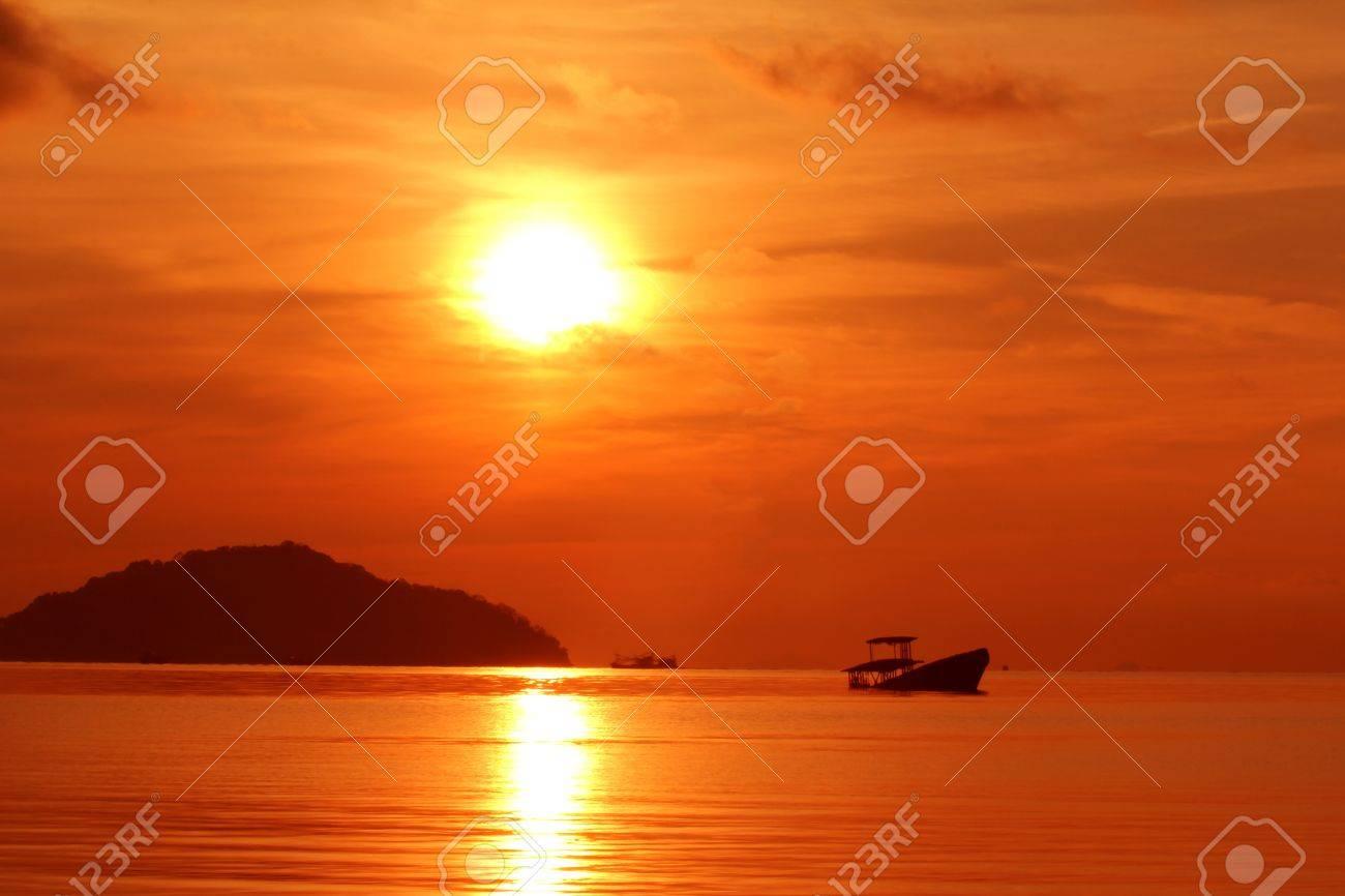 Abandoned Fischerboot Voer Sonnenuntergang Phuket Im Suden Von Thailand Standard Bild