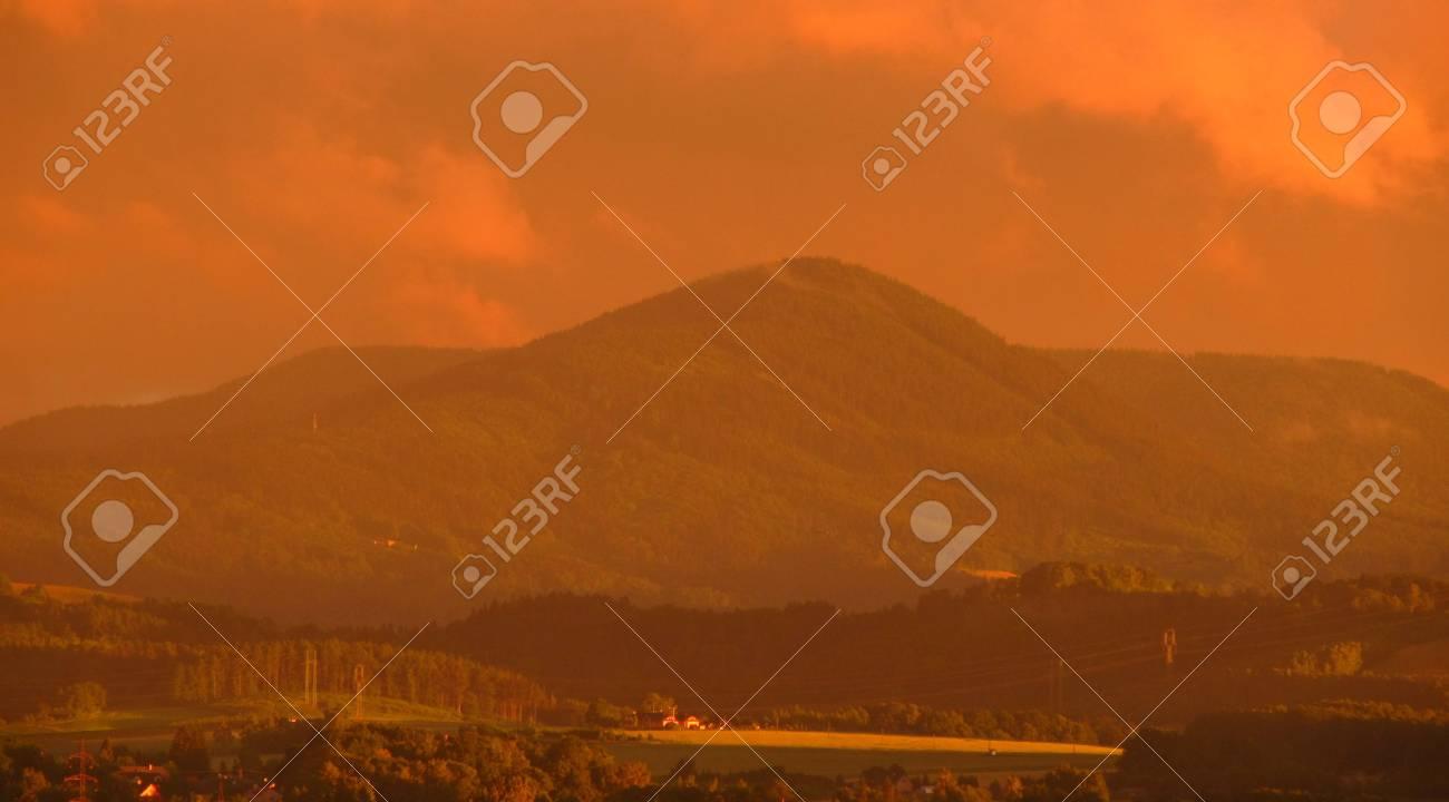 Paisaje Con Montañas En Unbelieveable Pero Reales Colores De Color