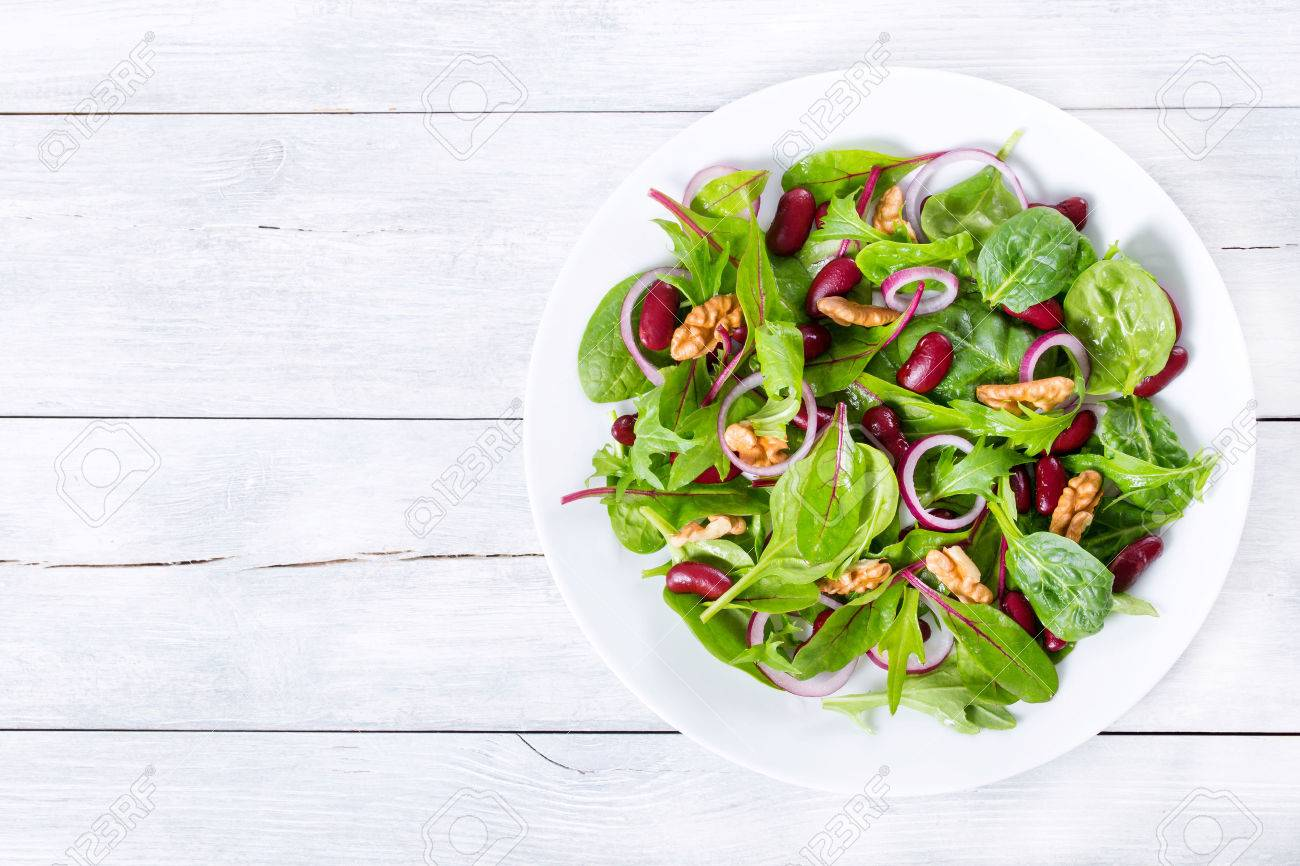 Red beans salad with mix of lettuce leaves and walnuts - 56361660