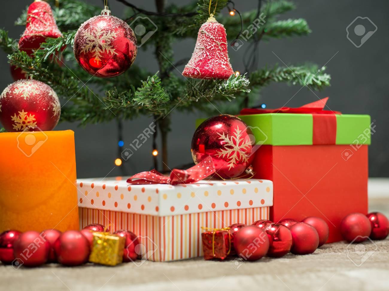 Albero Di Natale Con Decorazioni Blu : Albero di abete di natale con la decorazione dell oro e di rosso