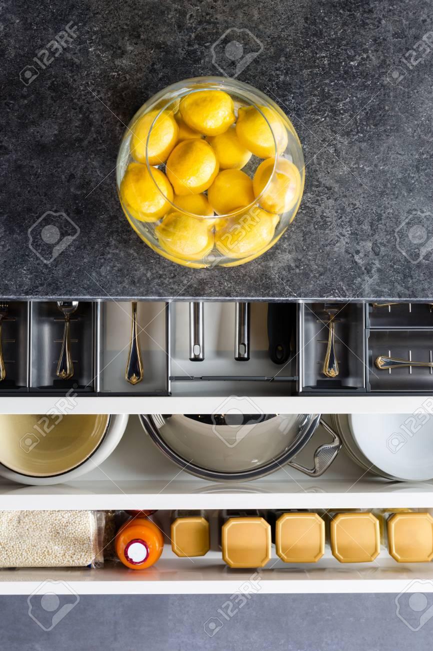 Geschirr In Küchenschubladen Organisiert Lizenzfreie Fotos, Bilder ...