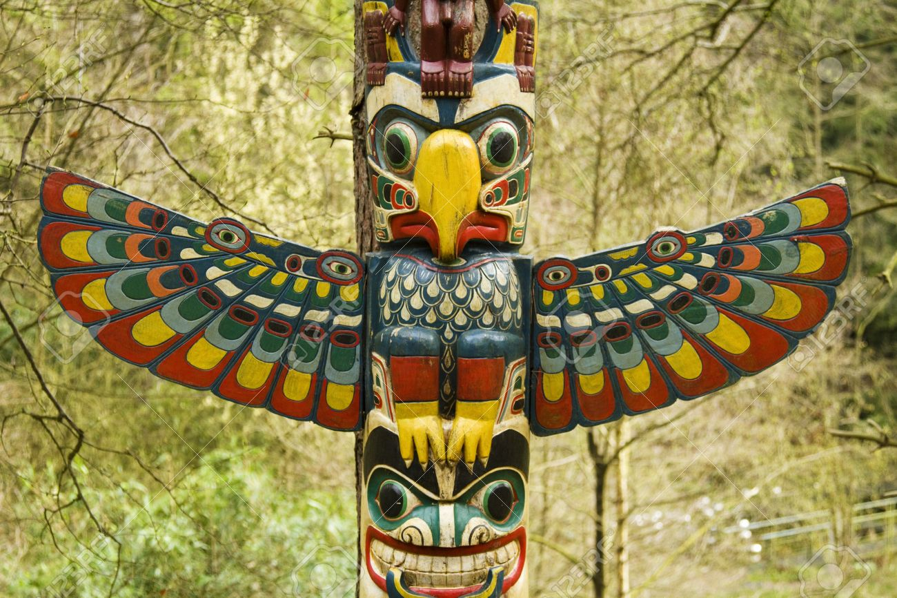 Sección De Un Tótem, Una Estructura De Madera Con Un Pájaro Con Las ...