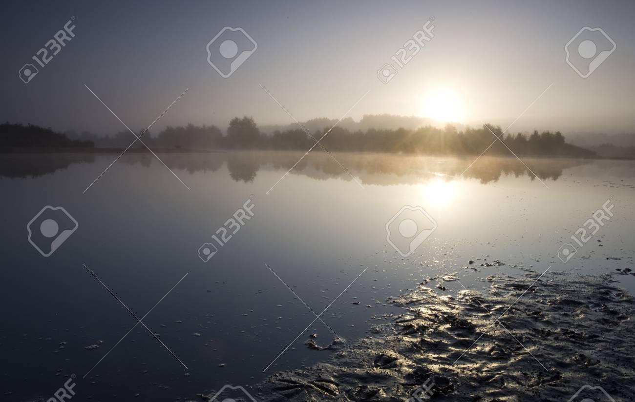 Immagini stock alba su un lago il quadro è piuttosto blu con la